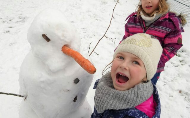 """Aktuelles """"Wintereinbruch"""" - Lachendes Kind mit Schneemann und Karotte"""
