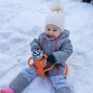 """Aktuelles """"Wintereinbruch"""" - Kind im Schnee auf einem Schneegleiter"""