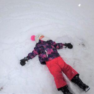 """Aktuelles """"Wintereinbruch"""" - Kind beim Schneeengel machen"""