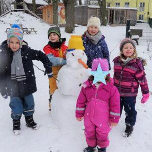 """Aktuelles """"Wintereinbruch"""" - Kinder Gruppenbild mit Schneemann"""