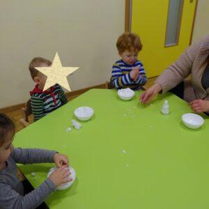 """Aktuelles """"Wintereinbruch"""" - Kinder bauen kleinen Schneemann innen"""