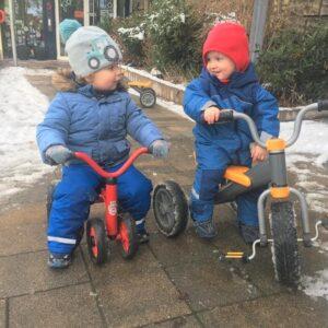 """Aktuelles """"Wintereinbruch"""" - zwei Kinder auf dem Dreirad"""