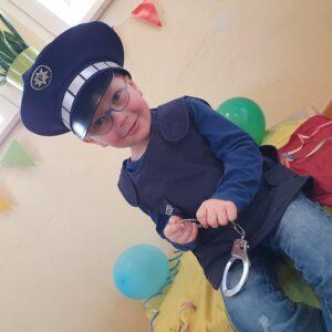 """Aktuelles """"Fasching"""" - Junge als Polizist verkleidet"""