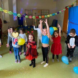 """Aktuelles """"Fasching"""" - tanzende Kindergruppe mit Ballons und Konfetti"""