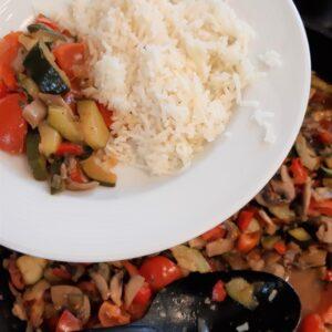 """Aktuelles """"Fit, gesund und lecker"""" - Nahaufname Gemüssepfanne und Teller mit Reis"""