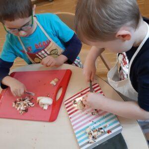 """Aktuelles """"Fit, gesund und lecker"""" - Kinder beim Pilze schneiden"""