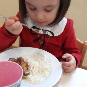 """Aktuelles """"Fit, gesund und lecker"""" - Mädchen isst selbstgemachtes Essen"""