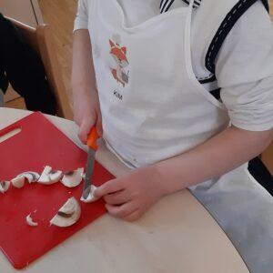 """Aktuelles """"Fit, gesund und lecker"""" - Kind beim Pilze schneiden"""