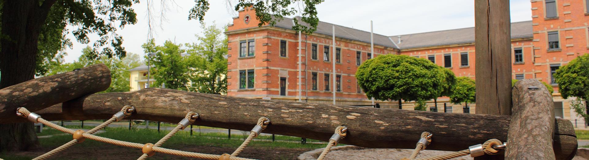 Kletterseil mit Blick auf das Gebäude BRK-Kinderhaus
