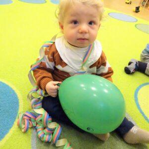 """Aktuelles """"Kichererbsen wachsen"""" - Kind mit Ballon und Luftschlangen"""