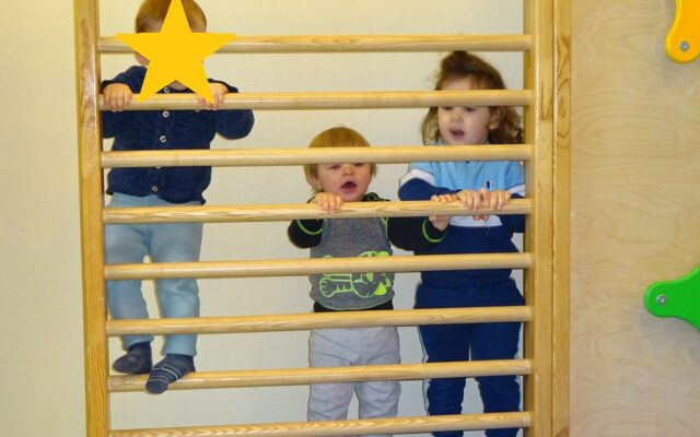 """Aktuelles """"Kichererbsen wachsen"""" - Kinder an einem Klettergerüst"""