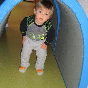 """Aktuelles """"Kichererbsen wachsen"""" - Junge in einem Mattentunnel"""