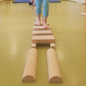 Kinder balancieren über Holzbalken