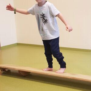 Kinder balancieren über wackelige Holzbalken