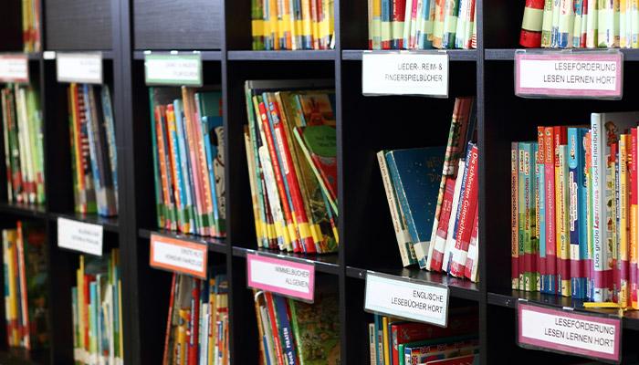 Bücherregal mit Büchern und Beschriftung