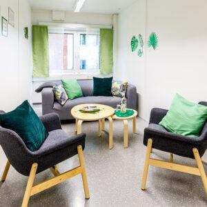 Warteraum für die Eltern mit gemütlicher Couch und Getränken | Foto: Studio Thomas Köhler im Auftrag der Container Rent Petri GmbH