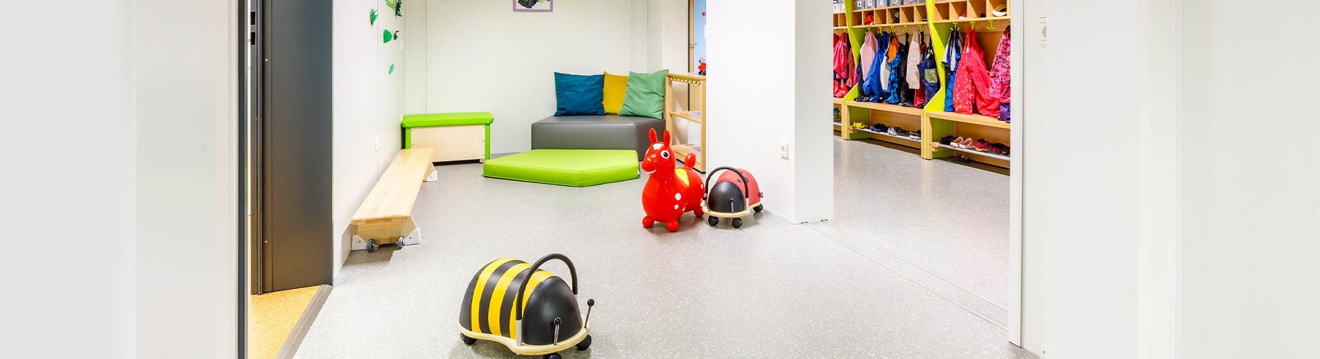 Vorraum mit Spielzeug im BRK-Kindernest | Foto: Studio Thomas Köhler im Auftrag der Container Rent Petri GmbH