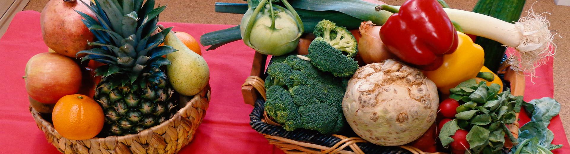 Obst- und Gemüsekorb auf einem Tisch