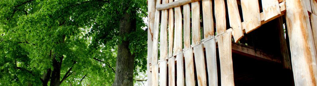 Klettergerüst mit Baum