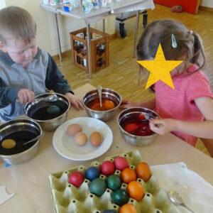 Kinder beim Eierfärben