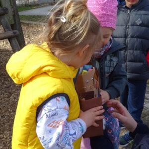 Kinder mit gefundenen Osternestern