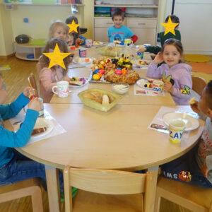 Osterfrühstück am gedeckten Tisch mit Kindern