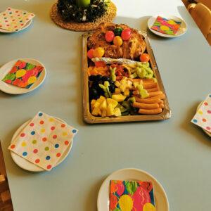 Osterfrühstück am gedeckten Tisch