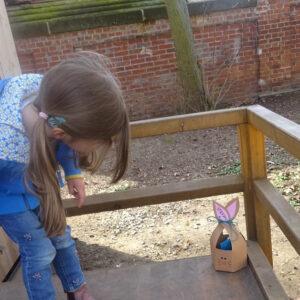 Mädchen findet ein Osternest
