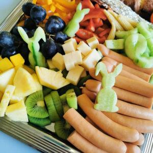 Gemüse, Obst und Snacks für das Osterfrühstück