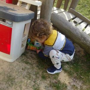 Krippenkind findet ein Osternest