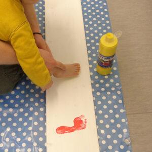 Farbige Fußabdrücke werden gemacht
