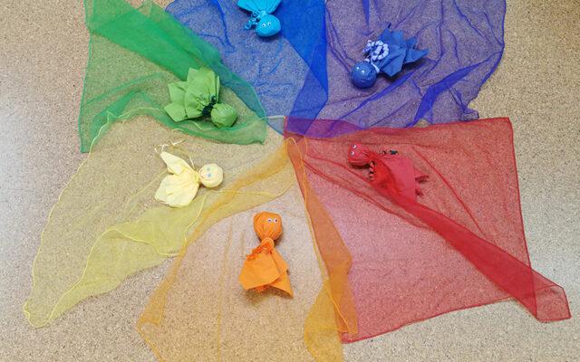Bunte, farbige Stoffgeister in orange, gelb, grün, blau, lila und rot
