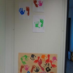 Auf einem Plakat sieht man Fuß und Handabdrücke der Kinder