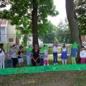 Die Kindergartenkinder singen ein Lied