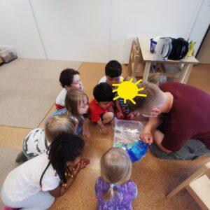 Die Kinder schauen sich den Wasserkreislauf an